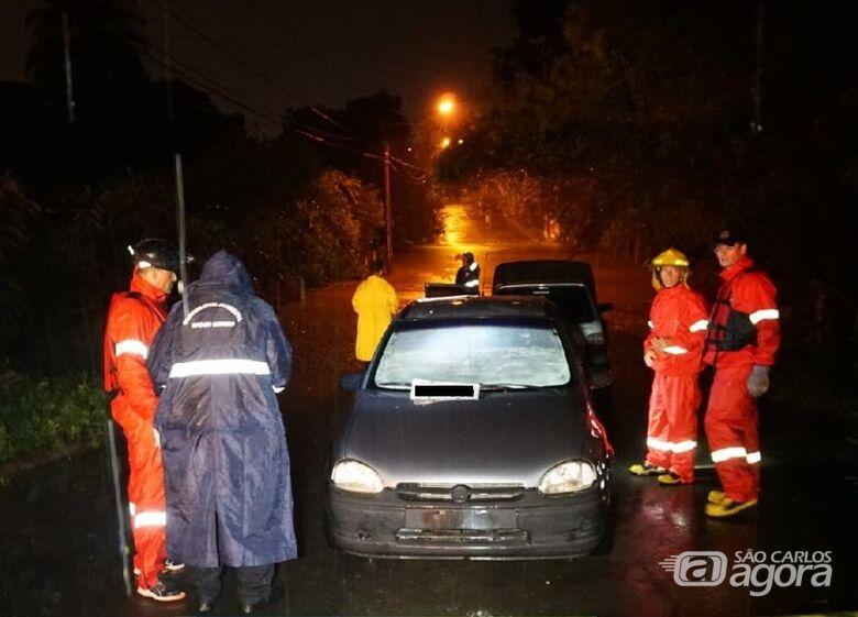 Mulher morre afogada após carro ser arrastado para dentro de córrego durante enchente - Crédito: Portal da Cidade de Mogi Mirim