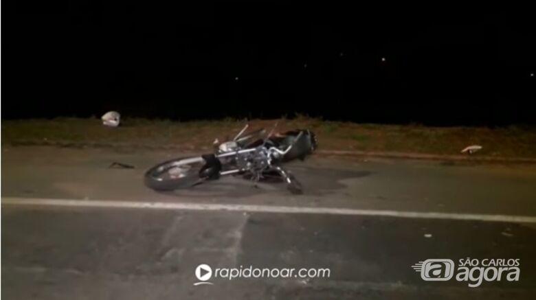 Dupla morre após tentar fugir da PM e colidir moto em poste - Crédito: Reprodução