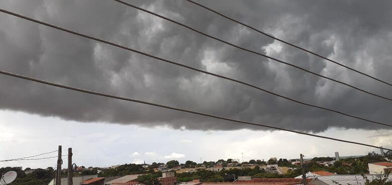 Leitor fotografou nuvem carregada na região do Santa Angelina - Foto Luciano Souza -
