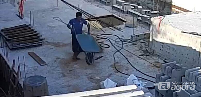 Um dos suspeitos aparece carregando uma carriola. - Crédito: Reprodução
