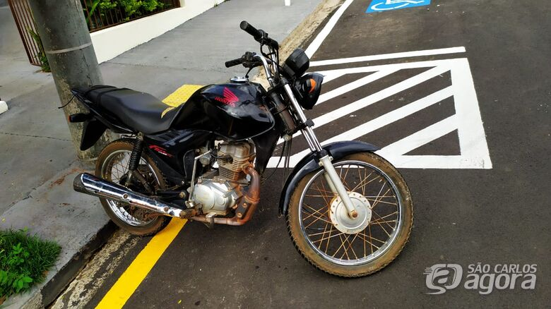 Adolescente sem capacete é flagrado em moto suspeita - Crédito: Maycon Maximino