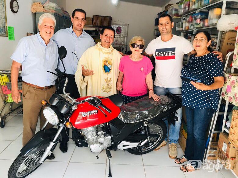 Ganhador repassa moto para projeto que cuida de crianças carentes - Crédito: Divulgação