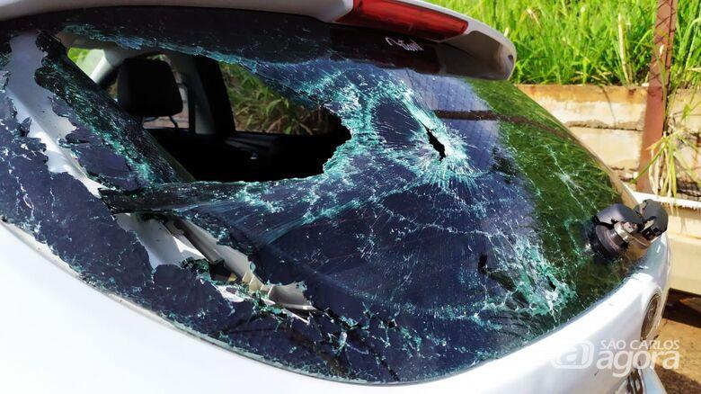 Em colisão, motociclista arrebenta vidro traseiro de carro - Crédito: Maycon Maximino
