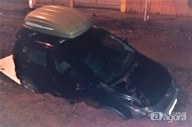 Motorista não obedece a sinalização e carro cai em buraco na rua Episcopal - Crédito: Divulgação