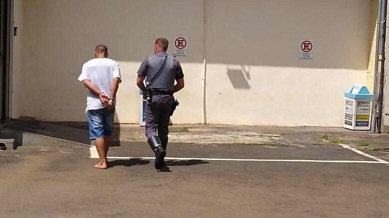 Homem furta porta de antiga fábrica para comprar drogas - Crédito: Luciano Lopes