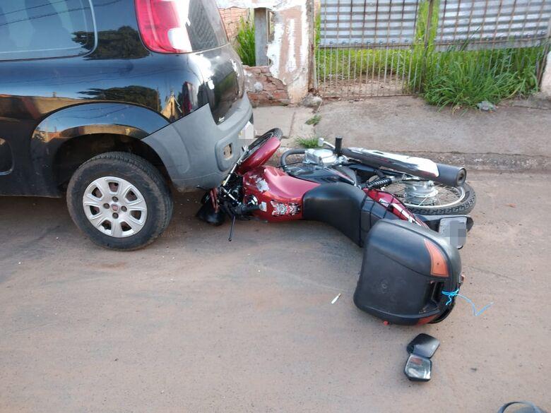Após queda, moto vai parar embaixo de carro no Jardim Gonzaga - Crédito: São Carlos Agora