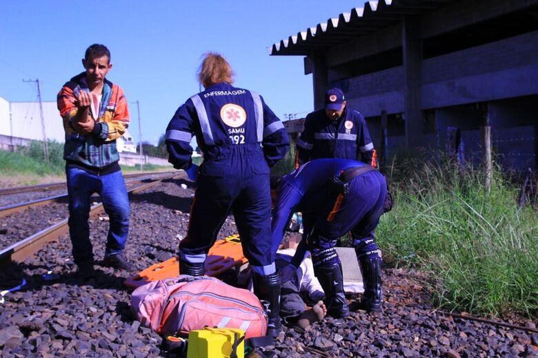 Moradora de rua é encontrada desacordada próximo a linha férrea - Crédito: Marco Lúcio