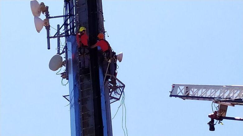 Bombeiros resgatam homem em plataforma de telefonia; após furtar, suspeito dormiu - Crédito: Maycon Maximino