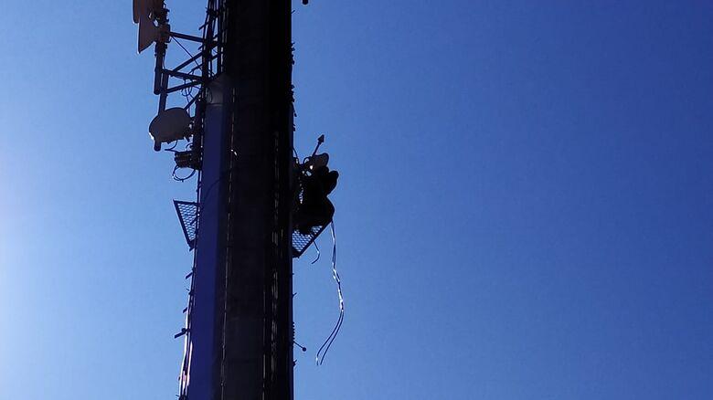 Bombeiros aguardam CPFL para retirar homem que está preso em plataforma de torre de telefonia - Crédito: Maycon Maximino