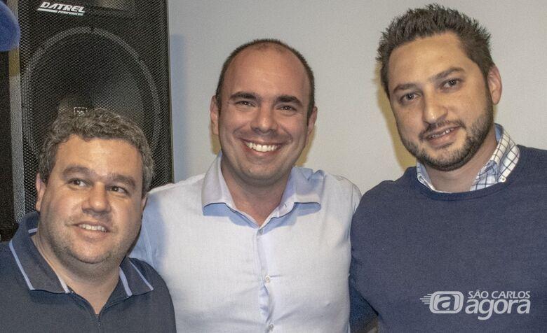 Ao centro, Netto Donato. À esquerda, o coordenador Leandro Santos e à direita, Marco Vinholi, presidente estadual do PSDB - Crédito: Divulgação