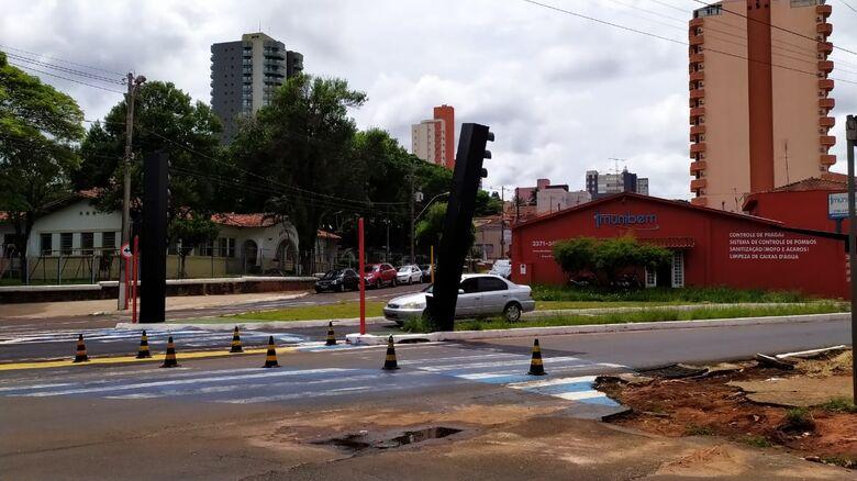 Totem na Comendador: 'imitou' a Torre de Pizza - Crédito: Maycon Maximino