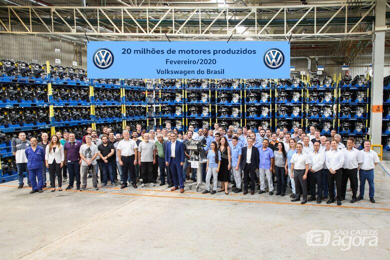 VW de São Carlos comemora a marca conquistada em fevereiro de 2020: marca de 20 milhões de motores - Crédito: Marcos Escrivani e Divulgação