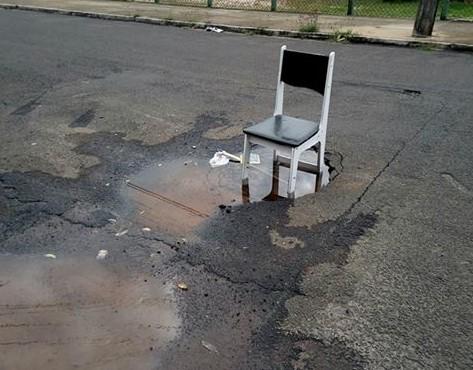 """Cadeira no vazamento: """"melhor esperar sentado"""" - Crédito: Divulgação"""