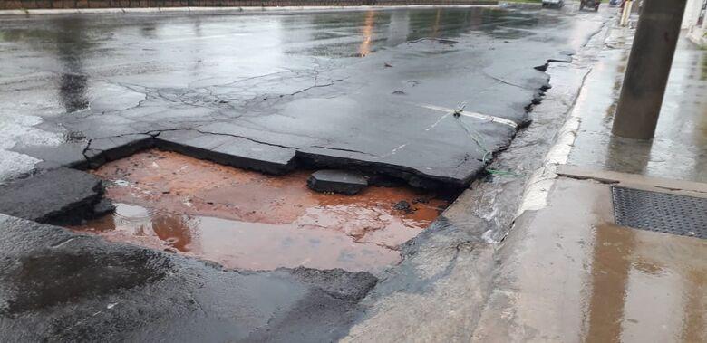 Chuva abre buraco perigoso na Getúlio Vargas - Crédito: Whatsapp SCA