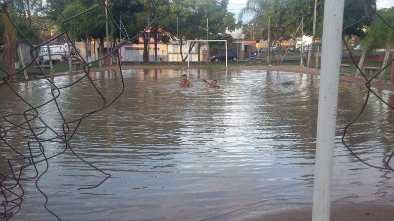 Moradores resolveram se aventurar e nadar na água - Crédito: Whatsapp SCA