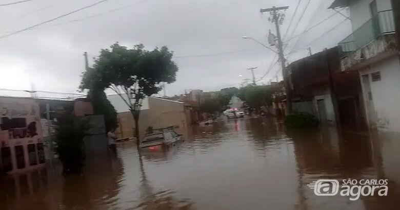 Rua fica completamente alagada no bairro Cidade Aracy - Crédito: reprodução