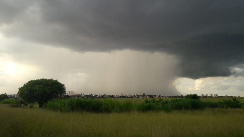 Leitor registra do Azulville chuva sobre São Carlos - Crédito: Wilson/Whatsapp SCA