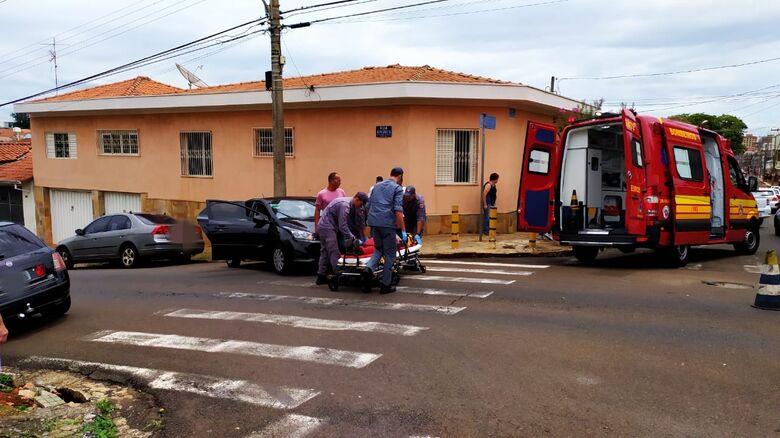 Vítima sendo socorrida pelo Corpo de Bombeiros - Crédito: Maycon Maximino