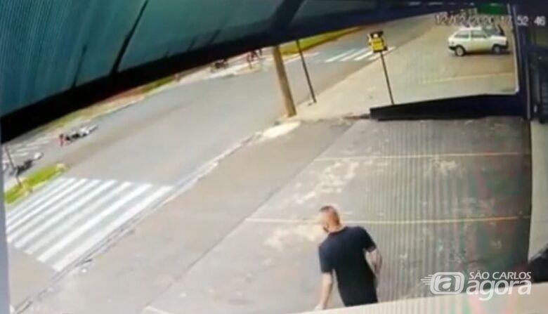 Câmera de segurança flagra colisão entre duas motos na Getúlio Vargas - Crédito: Reprodução