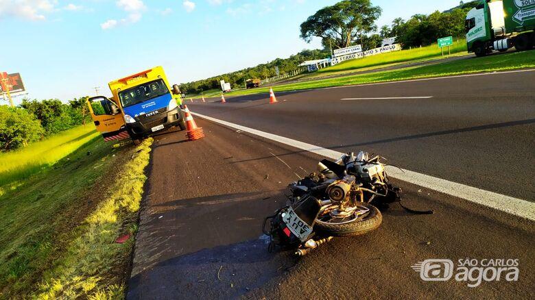 Moto ficou destruída após ser atingida por caminhão - Crédito: Maycon Maximino