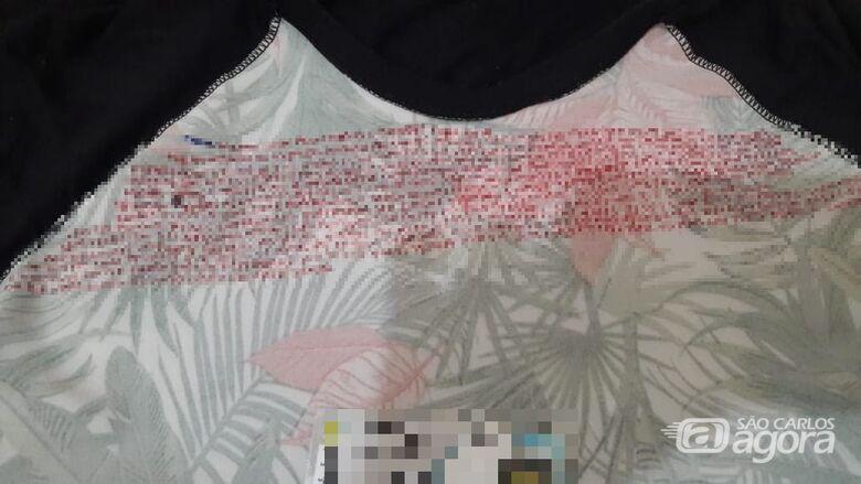 """Na camiseta da jovem, """"recados"""" do crime organizado - Crédito: Divulgação"""