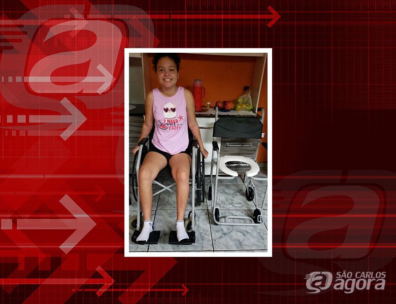 Beatriz feliz com a cadeira de rodas e de banho - Crédito: Arquivo Pessoal