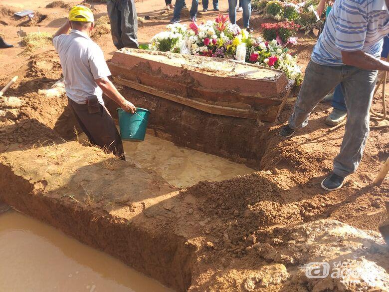 Coveiros tentaram sepultar o corpo de uma mulher em uma cova inundada - Crédito: GCN Franca