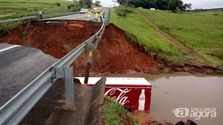 Caminhão com bebidas e dois carros foram engolidos pela cratera - Crédito: Divulgação