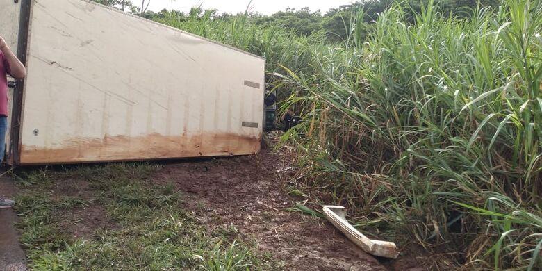 Motorista morre após dormir e caminhão tombar na SP-255 - Crédito: Araraquara 24 horas