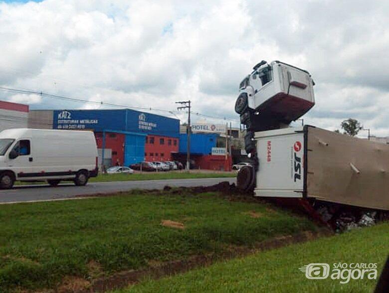 Cavalo mecânico ficou empinado após o acidente - Crédito: Colaborador/SCA