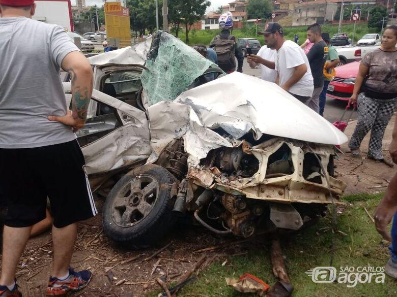 Carro onde o casal estava ficou destruído - Crédito: Colaborador