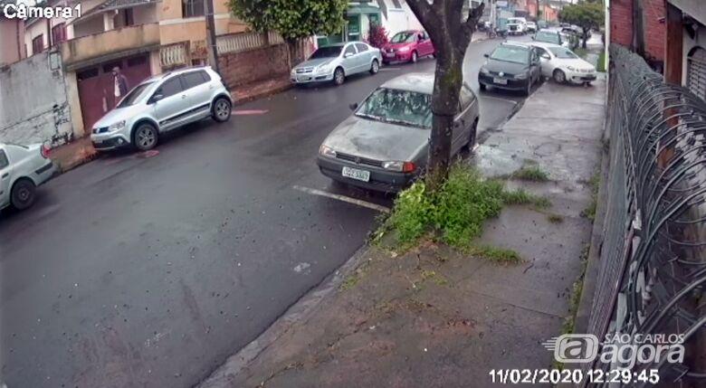 Vídeo mostra colisão de veículo contra muro na Vila Nery - Crédito: Reprodução