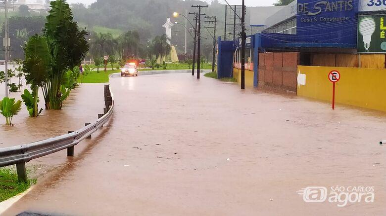 Córregos transbordam e região do Cristo volta a sofrer com a enchente - Crédito: Maycon Maximino e Whatsapp SCA