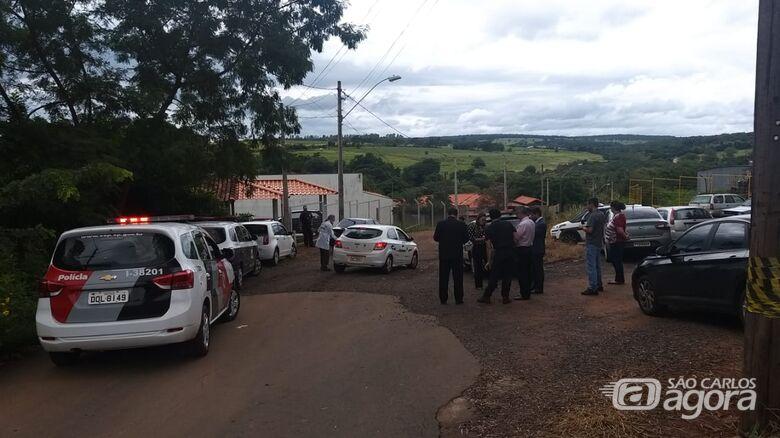 Movimentação durante a reconstituição do assassinato do Prefeito de Ribeirão Bonito - Crédito: Colaborador/SCA