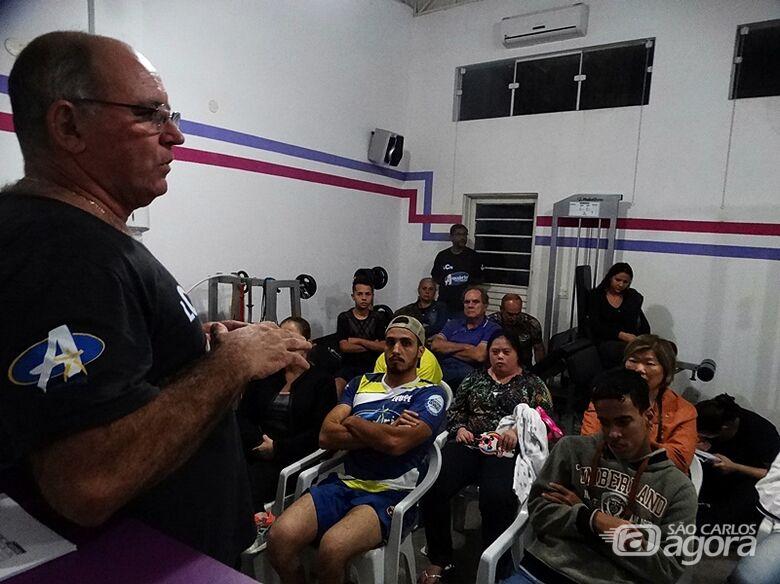 Mitcho durante a reunião repassa o calendário de 2020 - Crédito: Marcos Escrivani