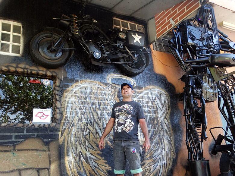 Borelli com uma das esculturas: criatividade e um apaixonado por motos - Crédito: Marcos Escrivani