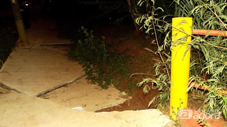 Rachaduras em ponte e afundamento da calçada: problema atinge o asfalto no Dona Francisca - Crédito: Marcos Escrivani