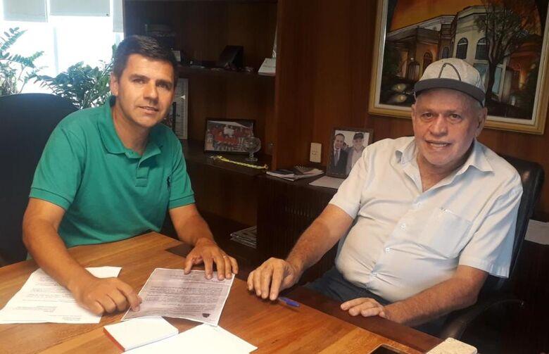 Edson Ferreira em reunião com o prefeito Airton Garcia, que acatou a sugestão para ampliar prazo - Crédito: Divulgação