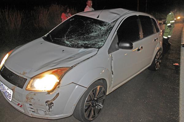 Carro que atingiu o ciclista - Crédito: Foto: DL/DESTAQUE1000.COM