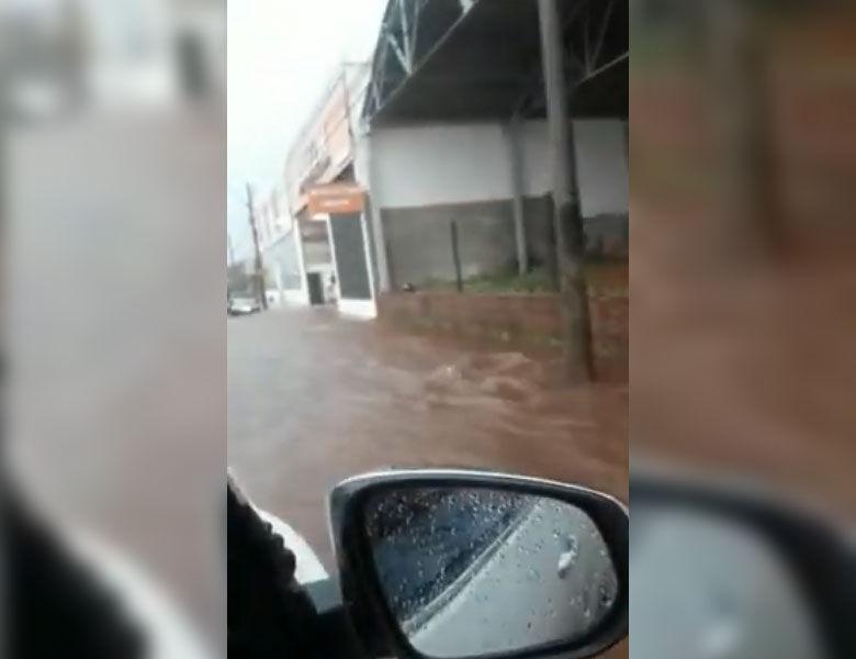 Vídeo mostra forte enxurrada na avenida São Carlos - Crédito: Reprodução