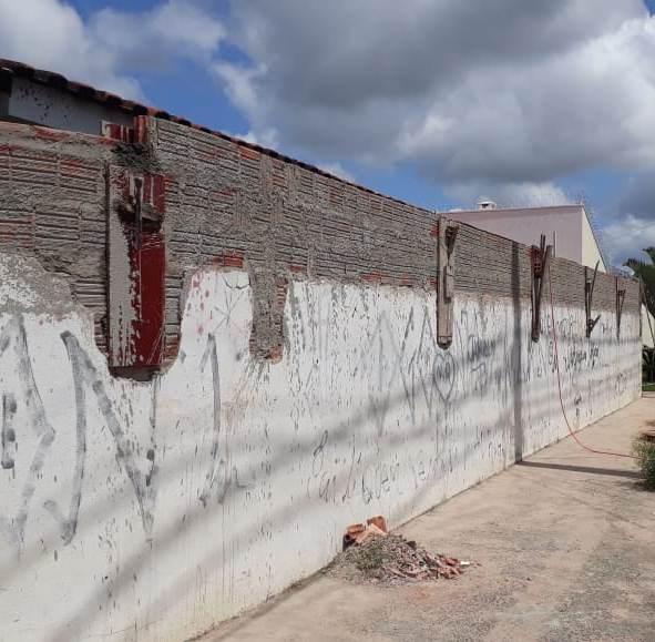 """Foto atual após correção da Prefeitura """"com"""" colunas de sustentação -"""