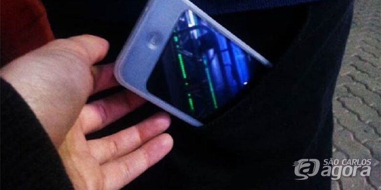 Adolescente tem o celular furtado enquanto pulava carnaval em clube no Centro - Crédito: Divulgação
