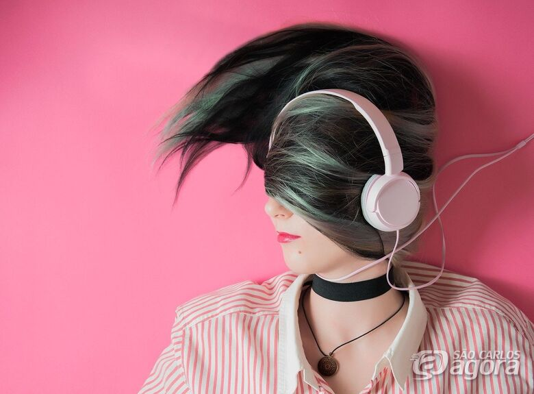 Fones de ouvido se usados de forma incorreta podem prejudicar audição - Crédito: Pixabay