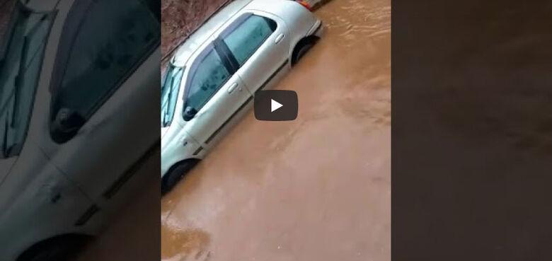 Vídeo mostra carro boiando em alagamento no pontilhão da Praça Itália - Crédito: reprodução