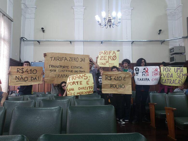Manifestantes protestaram contra o aumento na tarifa de ônibus em São Carlos - Crédito: SCA