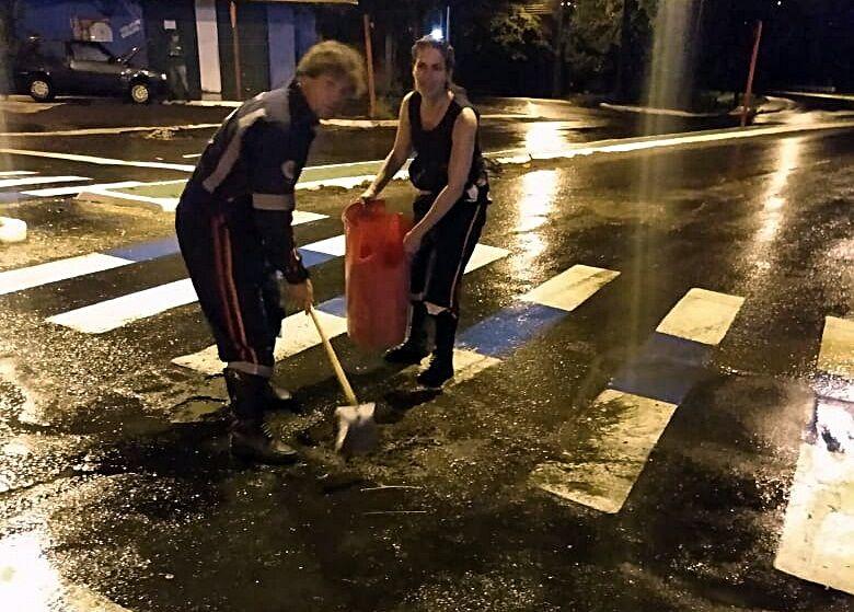 Funcionários do Samu tapam buracos no asfalto para evitar acidentes - Crédito: Colaborador