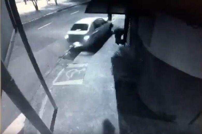 Vídeo mostra carro derrubando poste na Vila Prado; motorista estava com sinais de embriaguez - Crédito: Reprodução