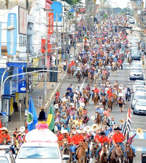 Milhares de amazonas e cavaleiros irão colorir o centro de São Carlos durante a Cavalgada Solidária - Crédito: Divulgação