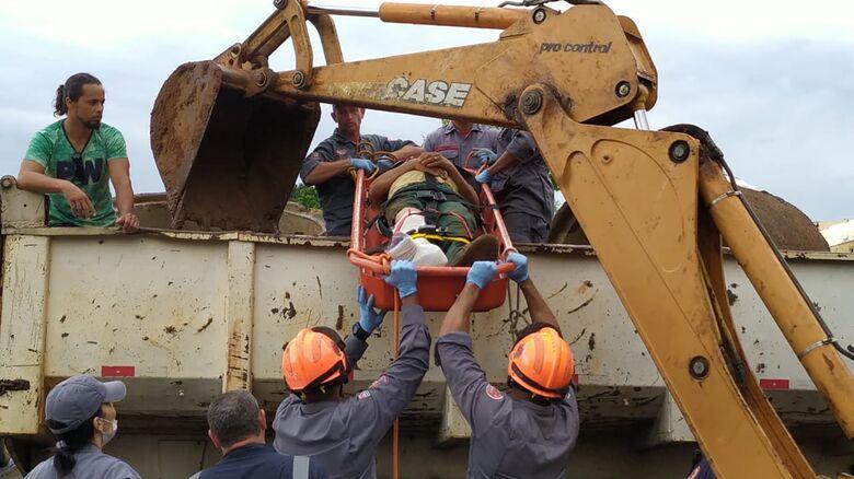 Corrente arrebenta e anilha de concreto prensa perna de trabalhador - Crédito: Maycon Maximino
