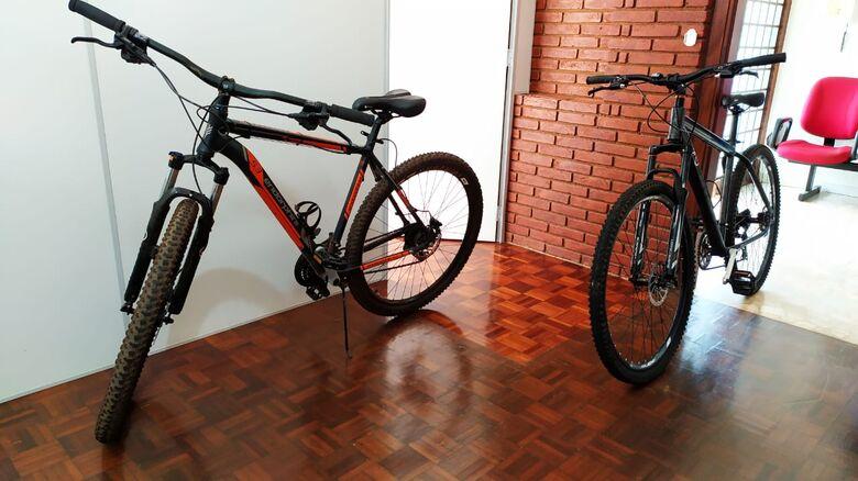 As bikes recuperadas pela PM após deter, com a ajuda de populares, o acusado do crime no Fagá - Crédito: Maycon Maximino